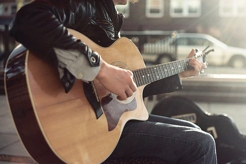 обычная посадка гитариста