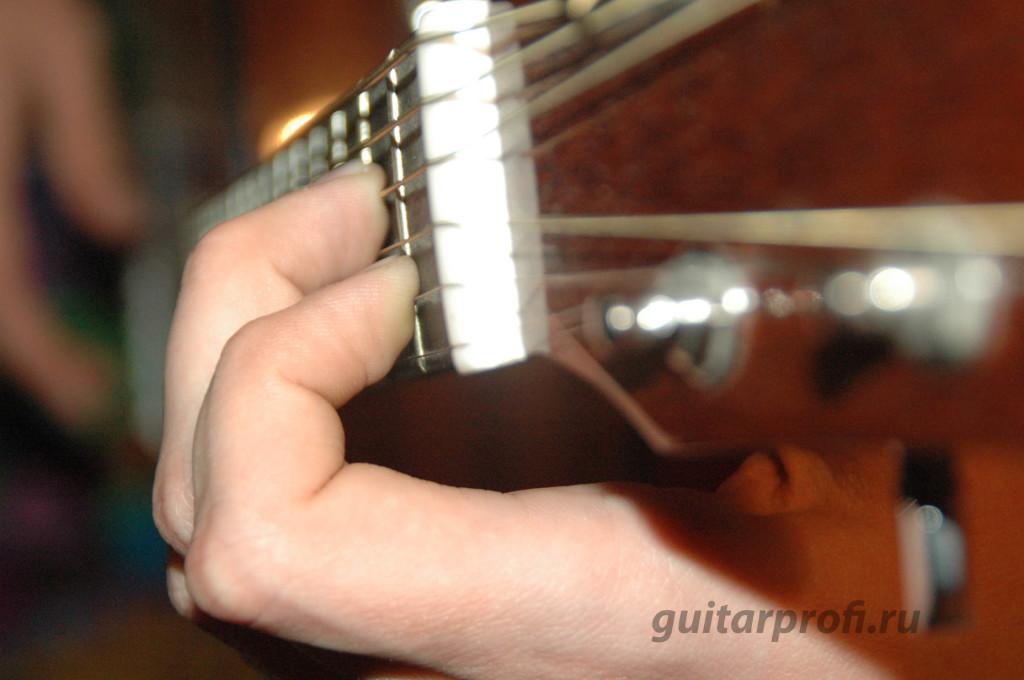 постановка левой руки при игре на гитаре