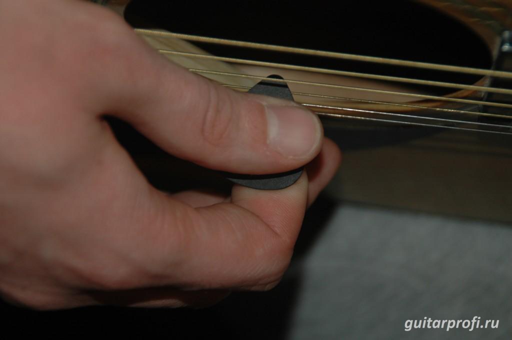 как правильно держать медиатор гитаристу