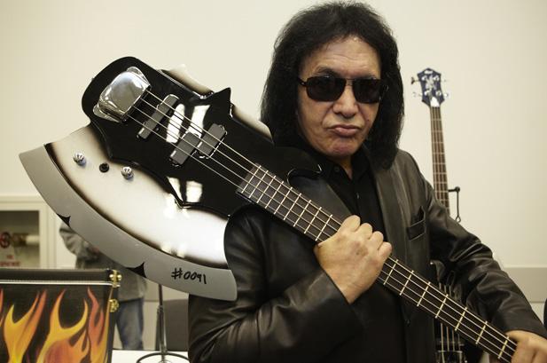 Джин Симмонс (гр. Kiss) с гитарой-топором