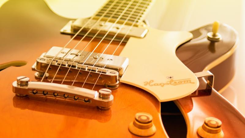 почему возникает гитарный фон
