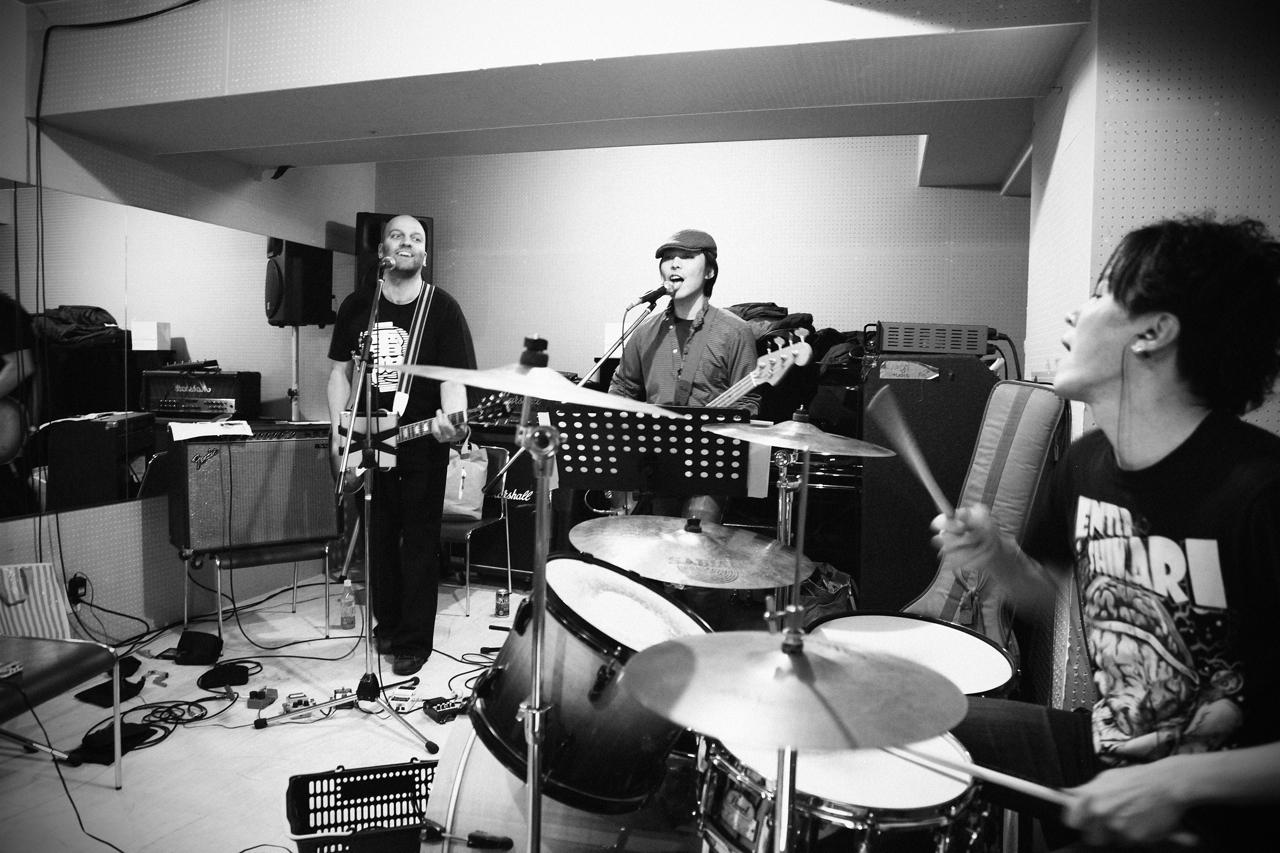 репетиции начинающей рок-группы