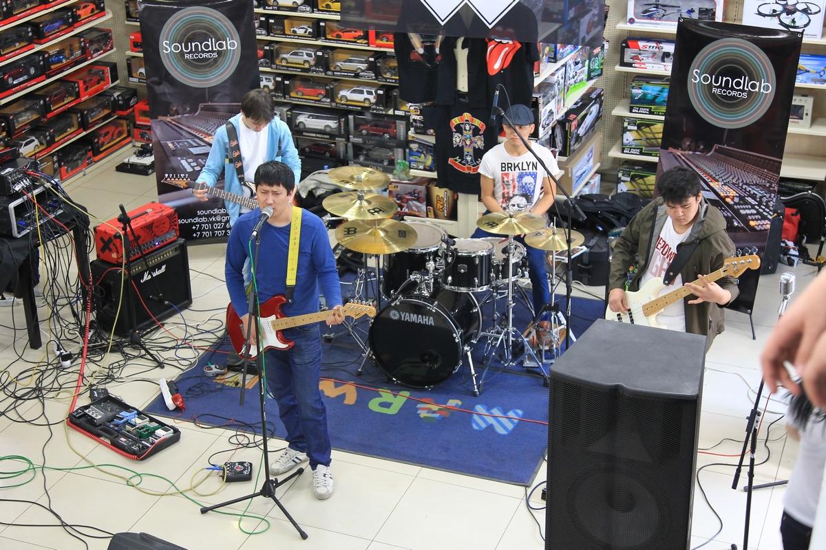 выступление начинающей рок-группы
