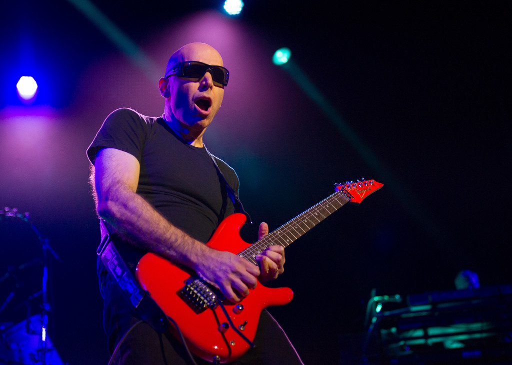 joe-satriani-on-concert