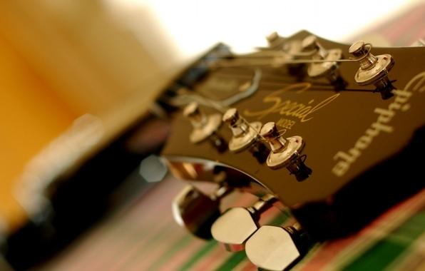 Как правильно поменять струны на гитаре