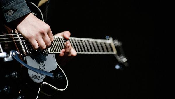 как играть на электрогитаре