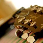 Как поменять струны на гитаре